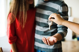 Man and woman getting set of house keys.